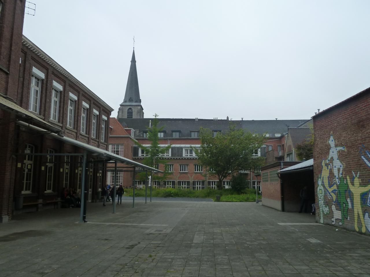Cour de l'école où eurent lieu les premières apparitions