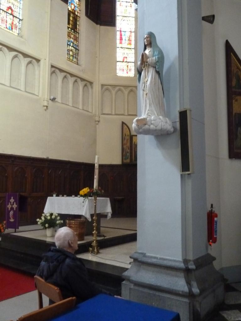 Statue de ND des Etoiles au pied de laquelle l'abbé Laurentin prie